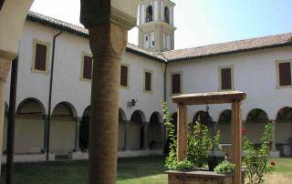 Il chiostro della Badia benedettina di Santa Maria della Neve a Torrechiara