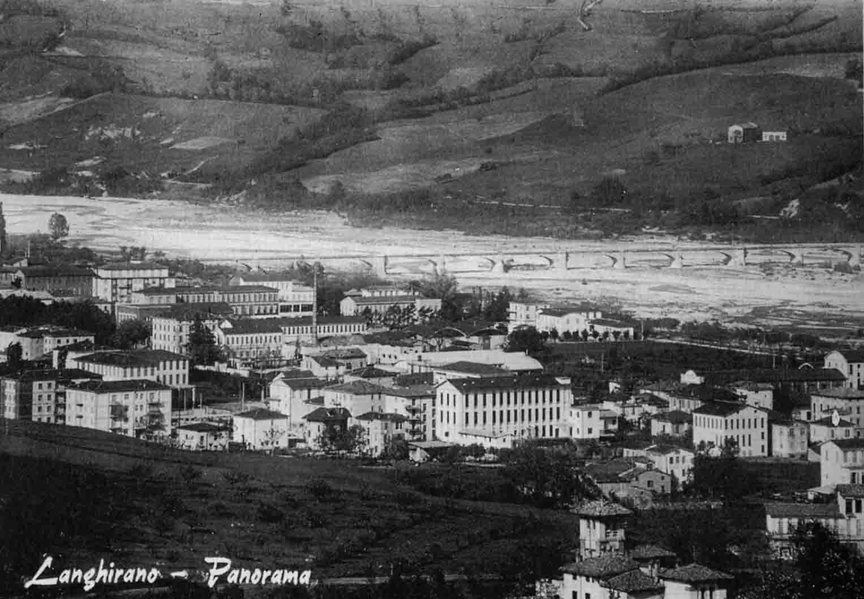 Panorama di Langhirano (PR) con i salumifici dalle alte finestre, 1960 ca.
