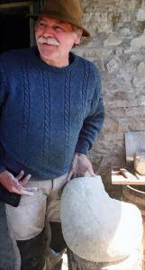 """Lo scultore Marcello Rigucci con il sasso che """"diventerà"""" il Prosciutto, scolpito e donato al Museo di Langhirano"""