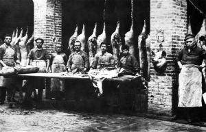 I norcini della ditta Archimede Rossi di Collecchio impegnati nella lavorazione dei prosciutti, 1920 ca. (Langhirano, Museo del Prosciutto)