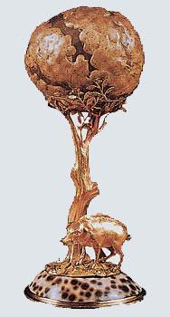 """[Foto1]""""Bezoar"""": oreficeria austriaca, XVI secolo, Vienna, Tesoro imperiale. La concrezione che si forma nello stomaco dei ruminanti, oggetto di meraviglia per i primi """"scienziati"""" cinquecenteschi, diviene una """"mirabilia"""" da Wunderkammer, trasformata nelle fronde di una quercia ai cui piedi si trova un irsuto porcelletto intento a pascolare ghiande"""
