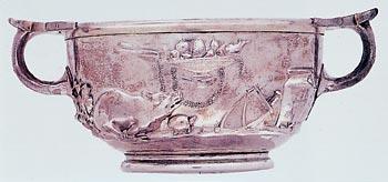 [Foto2] Vaso in argento decorato a sbalzo con scena di sacrificio: frutta, ghirlandedi fiori e un maialetto a fianco. Tesoro di Villa Boscoreale, rinvenuto nel 79 d.C. Parigi, Museo del Louvre